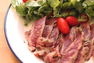 Tagliata di manzo con rucola e pomodorini: la ricetta per tutte le stagioni