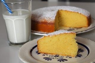 Torta al latte caldo: la ricetta del dolce super soffice