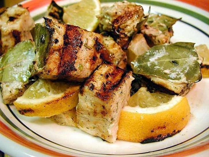L'alloro si addice a piatti di pesce dal sapore più forte, in questo caso il pesce spada.