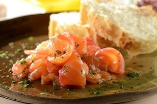 Salmone marinato: la ricetta per preparare un antipasto versatile e gustoso