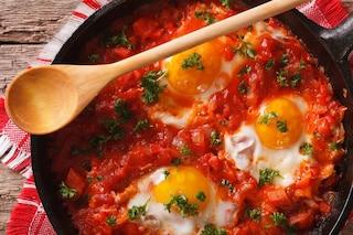Uova al pomodoro: la ricetta del secondo piatto facile e veloce da preparare