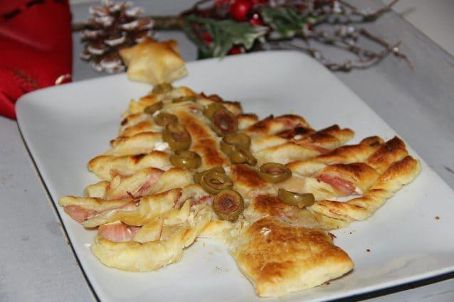 Torta Salata Stella Di Natale.Alberi Di Natale Di Pasta Sfoglia La Ricetta Dell Antipasto Che Anima Il Natale