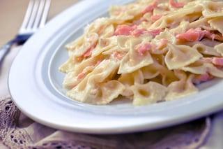Farfalle al salmone: la ricetta del primo piatto classico da preparare in poco tempo