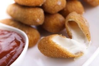 Mozzarella fritta: la ricetta del finger food sfizioso dal cuore filante