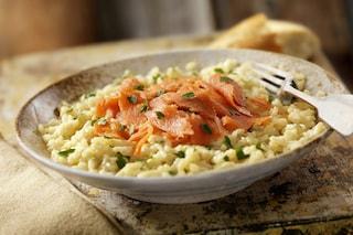 Risotto al salmone: la ricetta del primo con il salmone affumicato