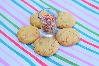 Biscotti arlecchino: la ricetta dei dolcetti semplici e colorati per il Carnevale