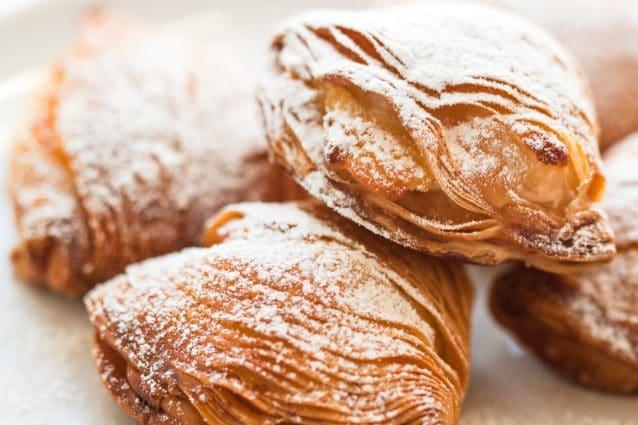 Le sfogliatelle ricce napoletane sono tra i dolci tipici partenopei più  amati e conosciuti, insieme alla sfogliatella frolla e al babà.