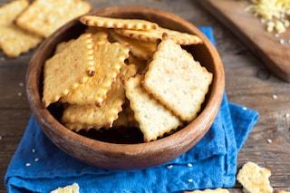 Crackers al gusto pizza: la ricetta degli stuzzichini sfiziosi e saporiti