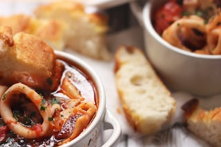 Calamari in umido: la ricetta del secondo piatto di pesce semplice e veloce