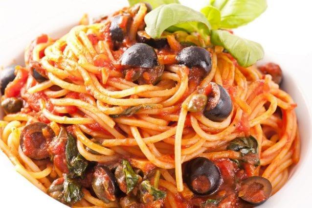 Spaghetti olive e capperi la ricetta del primo piatto dal sapore  mediterraneo