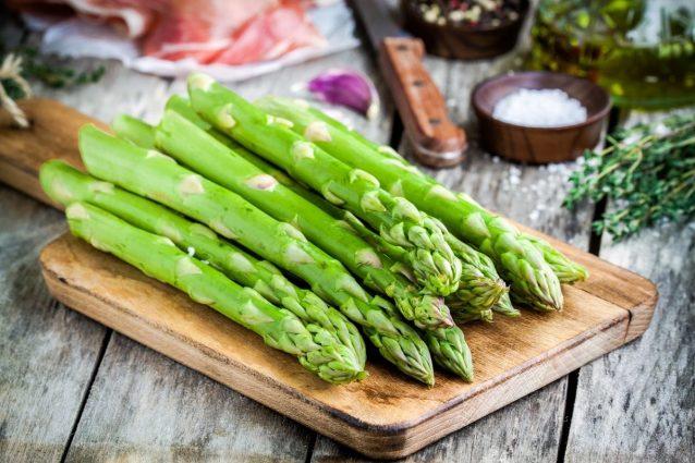 Gli asparagi sono ortaggi primaverili dalle innumerevoli proprietà che si  prestano alla realizzazione di tante ricette antipasti, secondi piatti,