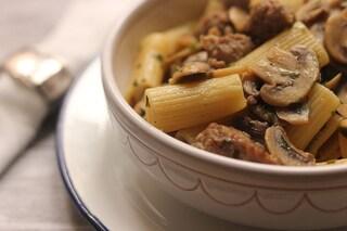 Pasta funghi e salsiccia: la ricetta dal sapore deciso