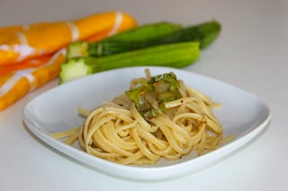Spaghetti ai fiori di zucca: la ricetta del piatto vegetariano ricco di sapore
