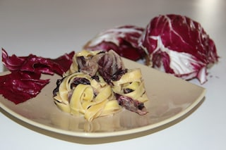 Tagliatelle radicchio e speck: la ricetta saporita e colorata