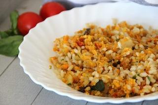 Insalata di riso integrale: la ricetta estiva e colorata per eccellenza