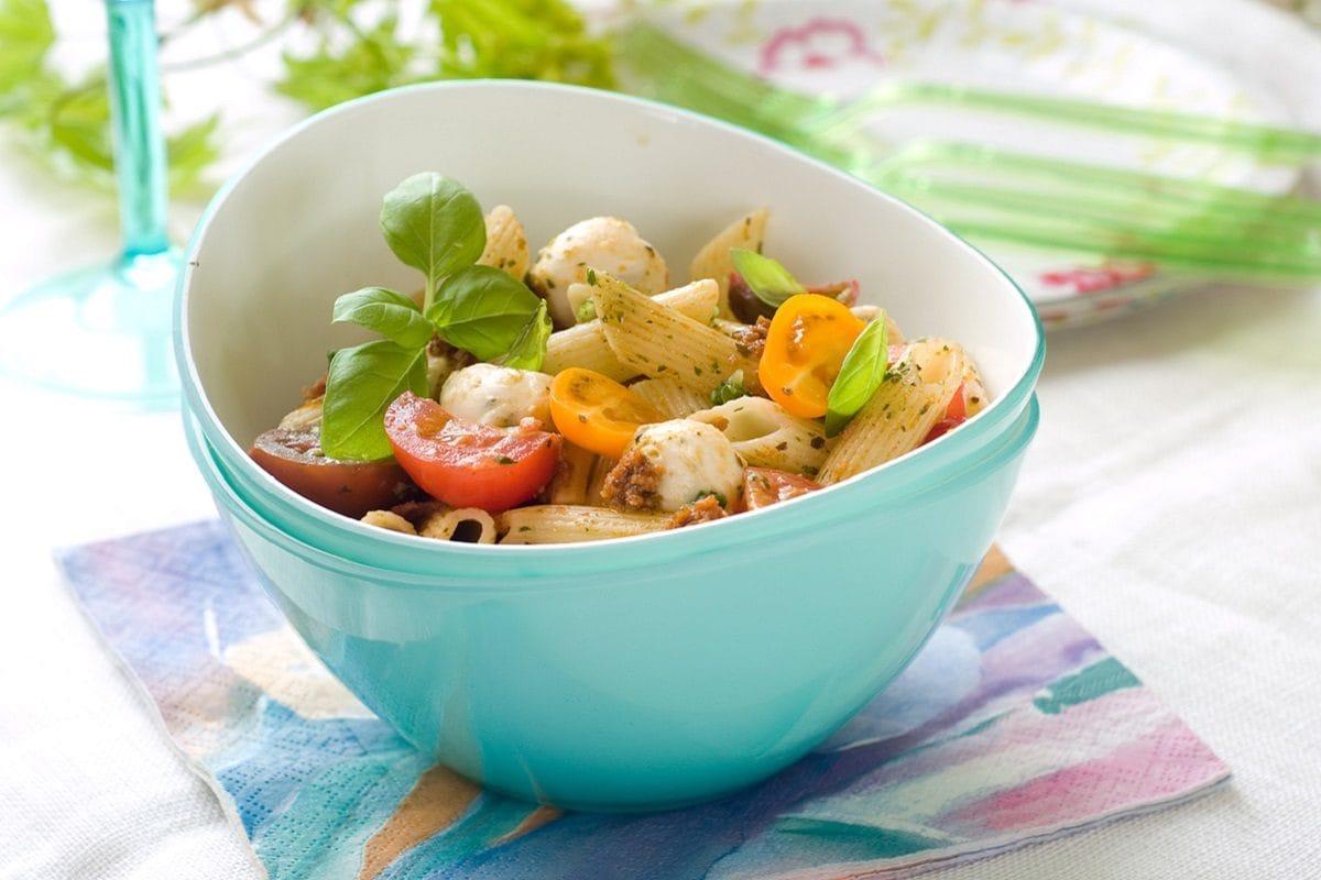 pasta con pomodorini, pesto e mozzarella