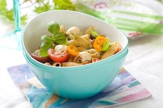 Pasta fredda con pomodorini, pesto e mozzarella: la ricetta estiva fresca e colorata