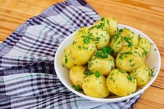 Patate bollite: la ricetta del contorno nutriente facile e veloce