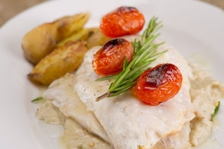 Rana pescatrice al forno: la ricetta con patate e pomodorini