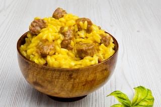 Risotto alla salsiccia: la ricetta del primo piatto prelibato tipico del Nord Italia