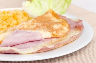 Omelette con stracchino e prosciutto cotto: la ricetta del secondo piatto ricco e sfizioso