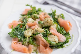 Gnocchi al pesto di rucola e salmone: la ricetta facile per farli cremosi