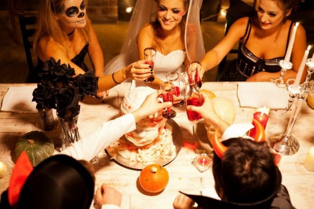 Per una cena da brivido a tema Halloween ogni dettaglio è importante  dalla  tovaglia 6e8cffcb84bc