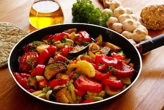 Peperonata con melanzane: la ricetta per un contorno ricco di sapori