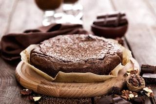 Torta di noci e cioccolato: la ricetta del dolce morbido e goloso
