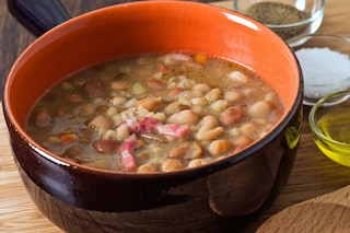 Zuppa di farro e fagioli: la ricetta del primo piatto con i borlotti