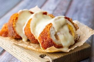 Involtini di pollo fritto: la ricetta dei rotolini impanati con prosciutto e formaggio