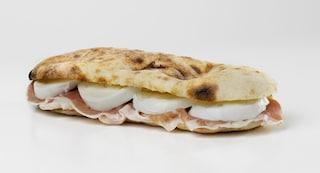 Saltimbocca napoletano: la ricetta del panino schiacciato realizzato con pane pizza