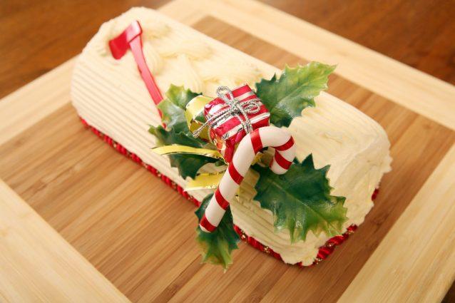 Ricetta Tronchetto Di Natale Al Cioccolato Bianco.Tronchetto Di Natale Al Cioccolato Bianco La Ricetta Del Rotolo Farcito Facile E Goloso