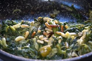 Scarola in padella: la ricetta con acciughe, olive e capperi alla napoletana