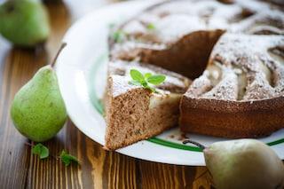Torta di pere e cioccolato senza burro: la ricetta del dolce soffice e leggero