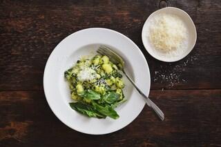 Gnocchi di patate e parmigiano al pesto di spinaci: la ricetta del primo piatto delizioso