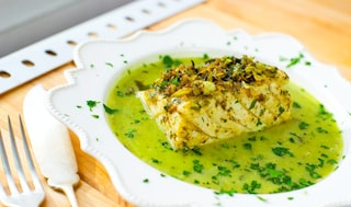 Merluzzo in salsa verde: la ricetta con capperi e acciughe