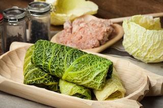 Involtini di verza e salsiccia: la ricetta del secondo sfizioso