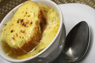 Zuppa di cipolle: la ricetta del piatto tipico della cucina francese gratinata al forno