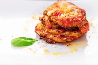 Parmigiana di patate in padella: la ricetta del secondo piatto gustoso e filante