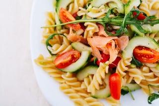 Pasta fredda con salmone e pomodorini: la ricetta facile e veloce con rucola
