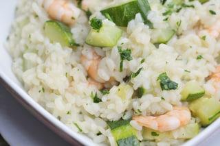 Risotto gamberi e zucchine: la ricetta del primo piatto estivo che abbina mare e terra