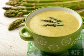 Crema di asparagi: la ricetta del primo piatto sano e leggero ideale per la primavera