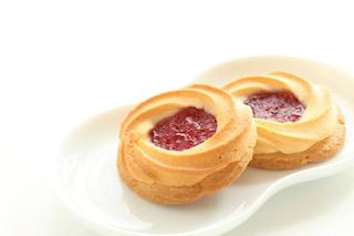 Biscotti al burro con marmellata: la ricetta semplice e veloce con cuore dolce