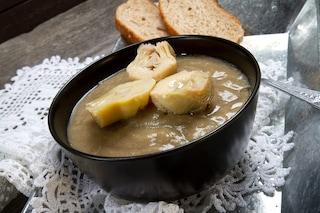 Zuppa di cipolle e carciofi: la ricetta del primo piatto leggero e saporito