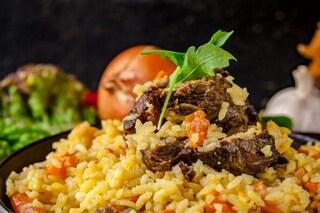 Riso pilaf con agnello e verdure: la ricetta del primo piatto veloce e saporito