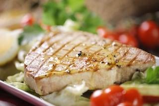 Bistecca di tonno: la ricetta del secondo piatto di pesce veloce e saporito