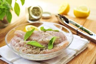 Come marinare il pollo: le istruzioni e i consigli per una marinatura impeccabile