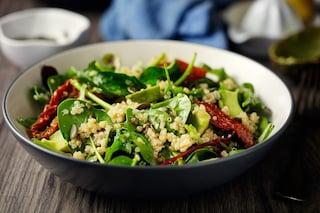 Quinoa con spinaci e pomodori secchi: la ricetta del primo piatto nutriente e gustoso