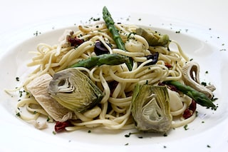 Pasta asparagi e carciofi: la ricetta del primo piatto cremoso e facile da preparare